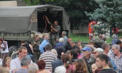 Раздача сосисок в освобожденном Славянске