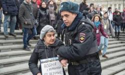 В какой стране арестовывают за плакат ПРОТИВ войны?!