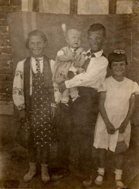 Нина, Людочка, Толя, Нюра. 1939 г.