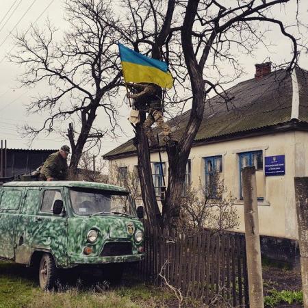 Воїни 'Золотих воріт' повернули прапор України у село Лопаскіне